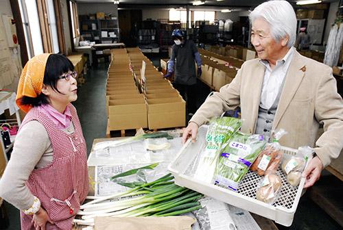県内外の有機野菜を各地の食卓に届ける全国有機農法連絡会。米山正代表(右)は「利用者からの『おいしい』の声が張り合いになる」と話す=天童市